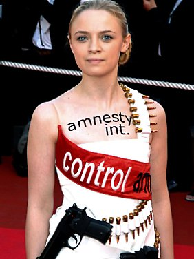 Auch privat politisch aktiv: Sara Forestier, die Darstellerin der Bahia, zeigte 2007 beim Filmfest in Cannes mit ihrem Kleid ihr Engagement für die weltweite Kontrolle von Waffen.