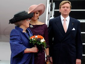 Beatrix ist in Begleitung von Kronprinz Willem-Alexander und seiner Frau Máxima nach Deutschland gekommen.