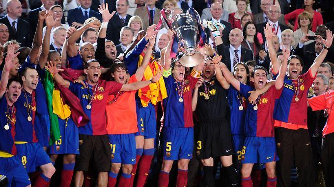 So sehen Sieger aus: Die Spieler des FC Barcelona mit dem - Überraschung! - Pokal.
