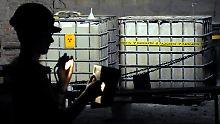 Ein Mitarbeiter des einsturtzgefährdeten Atommülllagers Asse liest in der Schachtanlage vor der Kammer 12 ein Messgerät auf Kontamination ab (Archivaufnahme).