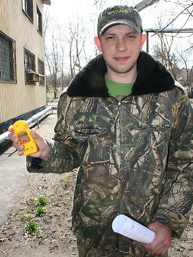 Touristenführer Nikolai Fomin mit seinem persönlichen Strahlenmessgerät vor der Informationszentrale in Tschernobyl.
