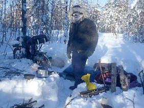 Start in den Tag: Schnee sammeln, um damit Haferbrei und Tee kochen.