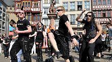 Schwingen das Bein gegen das Verbot: Flashmob in Frankfurt.