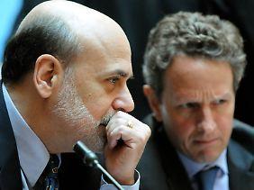 Verfahrene Situation: Fed-Chef Ben Bernanke (links) und Finanzminister Timothy Geithner halten das geldpolitische Steuerruder bis zum Anschlag gedreht.