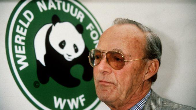 Prinz Bernhard der Niederlande, Gatte der ehemaligen niederländischen Königin Juliane und Vater der jetzigen Königin Beatrix, sammelte als erster Präsident der internationalen Umweltschutzorganisation World Wide Fund for Nature große Spendenbeträge.