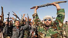 Gaddafi-Soldaten demonstrieren in einem Ausbildungscamp Siegesgewissheit.