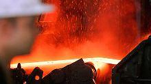 Ein rotglühendes Stahlband schießt aus der Duisburger Gießwalzanlage.