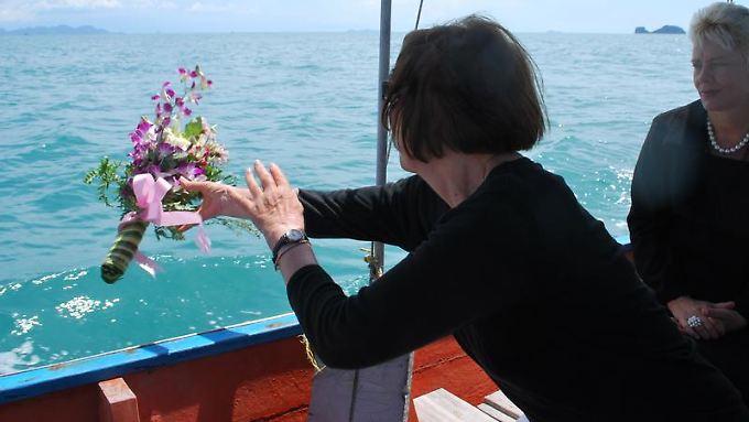 Ella Naef (l) hat die Asche ihres verstorbenen Sohnes in dem Meer verstreut. Liz Luxen (r) lebt seit 20 Jahren in Thailand und hat dort vor drei Jahren ein Beerdigungsinstitut gegründet.