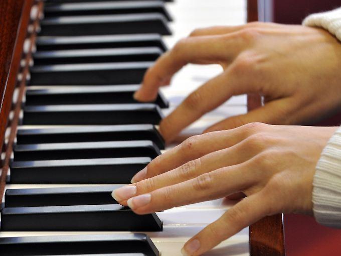 Ob virtuell oder real: Ohne die koordinierte Bewegung einzelner Finger klappt es nicht mit dem Klavierspielen.
