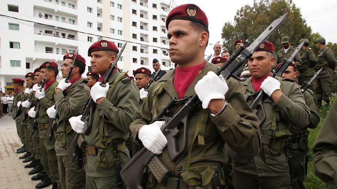 Tunesische Soldaten bei der Beerdigung eines Kameraden.