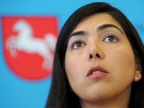 Niedersachsens Gesundheitsministerin Aygül Özkan beantwortet in Hannover die Fragen der Journalisten.