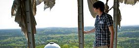 Zerfetzte Verkleidung, grandioser Ausblick: Stadtführer Jüttemann geleitet Besucher durch die ehemalige Abhörstation auf dem Teufelsberg.