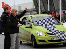 Der Leiter Clean Energy & Innovationsmanagement der Linde AG, Andreas Opfermann, und Daimler-Chef Dieter Zetsche begrüßen einen Mercedes-Benz F-Cell World Drive.