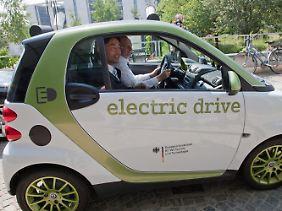 Rösler verließ die Pressekonferenz in einem Elektroauto.