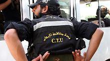 Ein Offizier der syrischen  Anti-Terror-Einheit zeigt seine kugelsichere Weste.