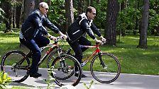 Die beiden Lenker von Staat und Regierung hätten bei dem Trip in Medwedews Residenz Gorki nahe Moskau unter anderem die innenpolitische Situation erörtert, teilte der Kreml-Pressedienst mit.