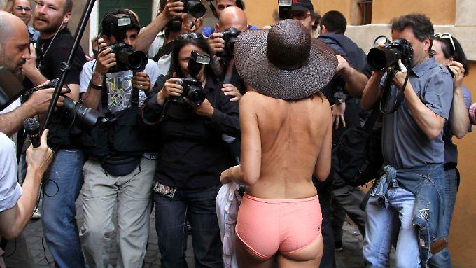 Diese Dame in Rom lässt die Hüllen fallen, um gegen die Privatisierung der Wasserversorgung zu protestieren.