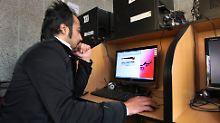 In einem Internetcafé in Teheran.