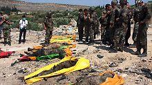 Anlass oder Vorwand für die Offensive? Syrische Soldaten mit Leichen der 120 Sicherheitskräfte, die angeblich von Aufständischen getötet worden sein sollen. Andere Quellen meinen, sie seien als Deserteure von der Armee erschossen worden.