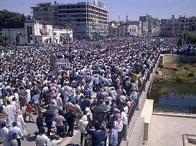 Proteste flauen nicht ab: Diese Aufnahme soll Demonstranten in der ostsyrischen Stadt Deir al-Zour, in der Nähe der irakischen Grenze, am 17. Juni zeigen.