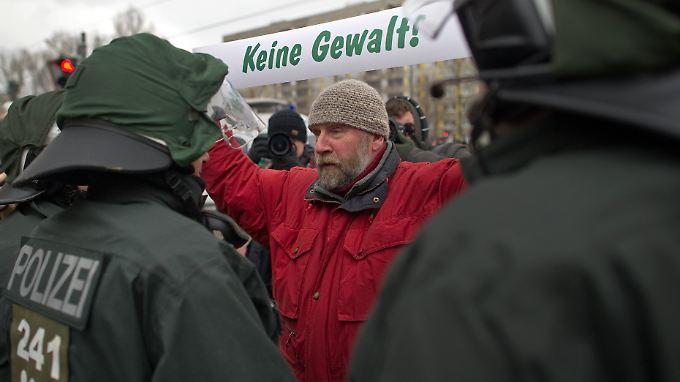 Demonstranten blockieren am 19. Februar in Dresden eine Straße gegen eine Kundgebung von Neonazis.