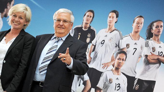 """Bundestrainerin Silvia Neid mit Frauenfußball-Fan und DFB-Boss Theo Zwanziger: """"Die Identifikation der Spielerinnen mit ihrer WM ist sehr groß - und diese Einstellung und Leistung wollen wir honorieren."""""""