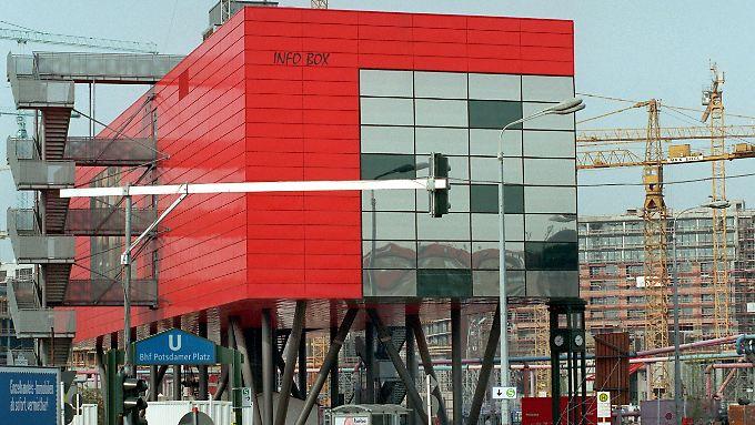 Infobox am Potsdamer Platz: In ihrer fünfjährigen Erfolgsgeschichte hatten seit Ende 1995 neun Millionen Menschen die Ausstellung zu den Bauarbeiten auf Europas größter Baustelle  besucht. Anfang 2001 wurde sie abgeríssen.