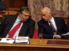 Blutrote Krawatte: Finanzminister Venizelos flüstert mit Ministerpräsident Papandreou auf der Regierungsbank.