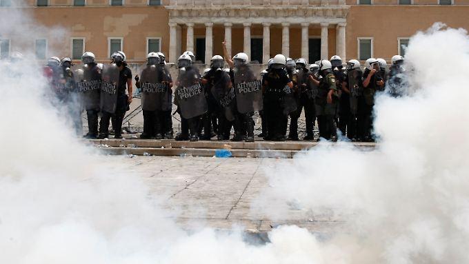 Polizisten vor dem Parlament in Athen, Tränengas gegen wütende Bürger: Ein Bild, das künftig noch häufiger zu sehen sein dürfte.