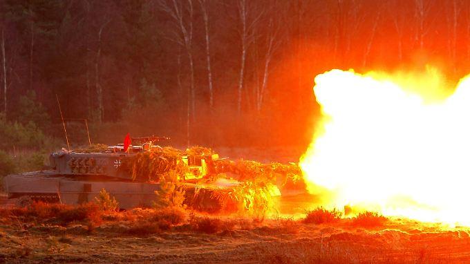 Ein älteres Modell Leopard 2A4 bei einer Gefechtsübung.