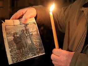 Eine Überlebende des Massakers demonstriert im Januar vor der deutschen Botschaft in Athen für eine Entschädigung.