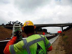 Vermessungsarbeiten an der Mulholland Bridge über dem Highway 405.