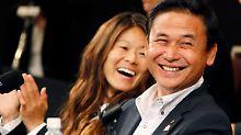 Bester Laune: Starspielerin Homare Sawa und Trainer Norio Sasaki.