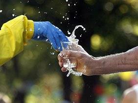 Ausdauersportler sollten zusätzlich zum Wasser Mineralien zu sich nehmen.