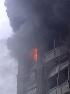 Rauch quillt aus einem Gebäude in der Osloer City.