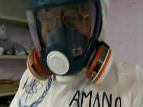 Amano besucht Fukushima - aber nur im Schutzanzug.