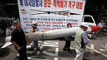 Südkoreanische Demonstranten protestieren in Seoul gegen die Raketenstarts des nördlichen Nachbarn.