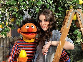 Lena und Ernie sind so dicke Freunde, dass er sie zu seiner Trauzeugin machen will.