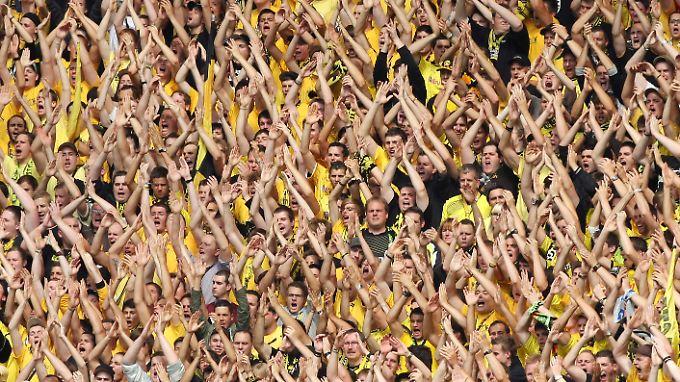 3000 BVB-Fans fuhren mit nach Hoffenheim. Immer, wenn sie 1899-Mäzen Dietmar Hopp beleidigten, wurde ein Störgeräusch eingespielt.