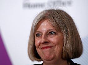 Theresa May zeigt eine harte Hand gegen Randalierer und Polizeiapparat.