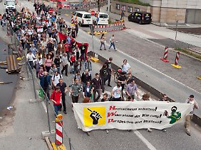 Studenten demonstrieren im Juni in Hamburg gegen hohe Studienkosten.