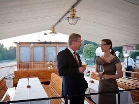 Bundespräsident Wulff spricht bei einer Bootsfahrt über den Bodensee mit der Geschäftsführerin der Mainau GmbH, Gräfin Bettina Bernadotte.