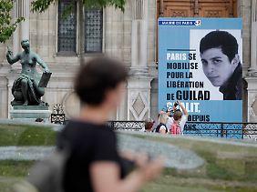 Plakat vor dem Pariser Rathaus im Juni 2011.