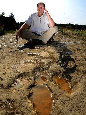 """Richter neben einer """"Iguanodon""""-Spur."""