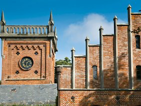 Turm und Giebelarchitektur des Herrenhauses auf Gut Saxtorf.