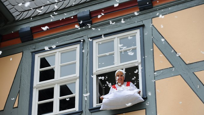 Das Bild kennt jedes Kind: Wenn Frau Holle das Bettzeug schüttelt, schneit es.