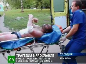 Einer der beiden Überlebenden wird von Rettungskräften ins Krankenhaus gebracht.