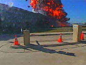 Einschlag der Maschine ins Pentagon.