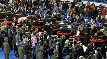 Für die Trauerfeier wurden Sarge in die Eishalle in Jaroslawl gestellt.