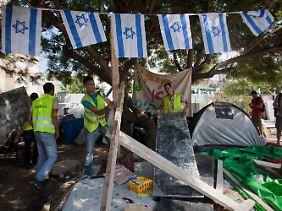 Zelte weichen: Nach dem wochenlangen Ausnahmezustand wird in Tel Aviv nach der Massenkundgebung aufgeräumt.